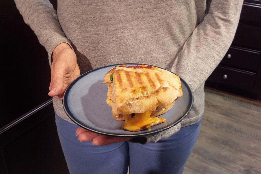 holding-panini
