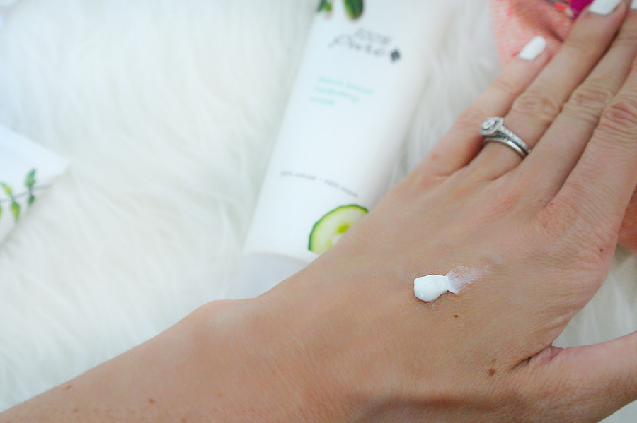 hydrating-mask-on-hand