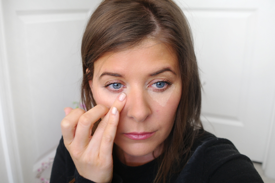 applying-concealer